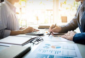 inspecteur-financier-secretaire-entreprise-font-rapport-calculent-verifient-equilibre-document-verification-inspecteur-du-service-recettes-internes-concept-audit_1423-126